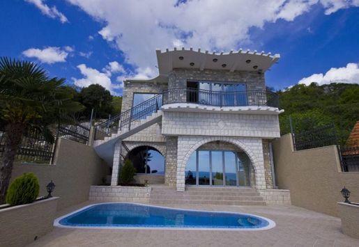 Дома и виллы в Добра Вода (Черногория)